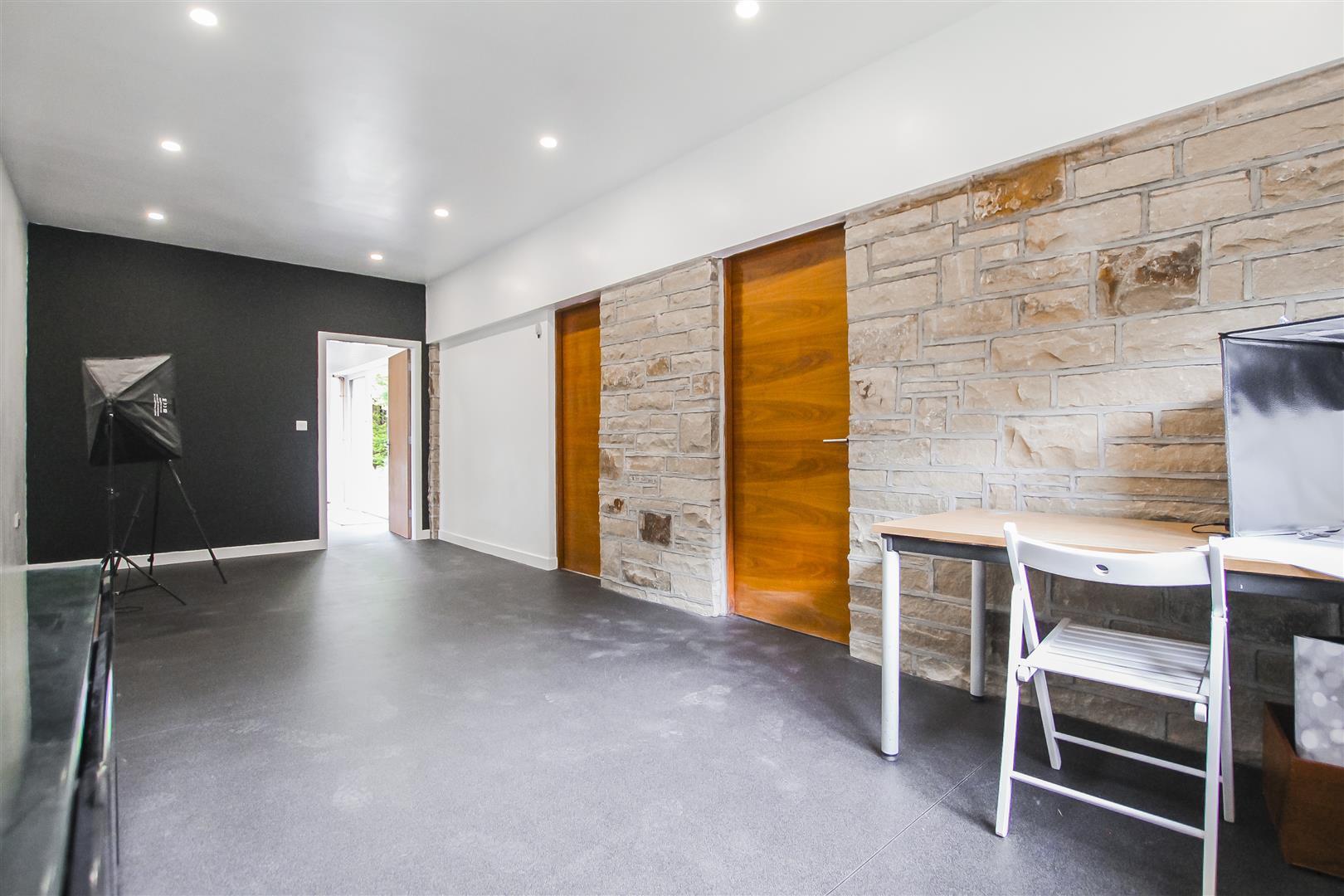 6 Bedroom Detached House For Sale - Studio